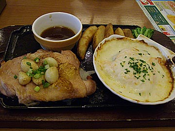 ココスのチキンステーキ&サーモンとほうれん草のグラタン(ガーリック醤油ソース)