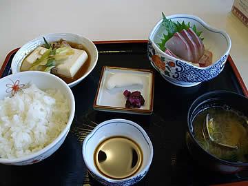 北陸食堂の日替ランチのヒラマサお造り定食<br>