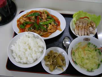 北方菜の鶏肉と野菜の炒め辛口の定食