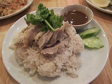タイ食堂ジャークジャイタイフード センターの蒸し鶏のせ炊き込みごはん