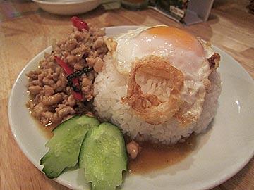 タイ食堂ジャークジャイタイフード センターのガパオ(鶏ひき肉の辛口ガパオ炒めご飯)