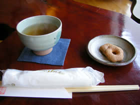 蕎麦処欅庵のお茶とクッキー