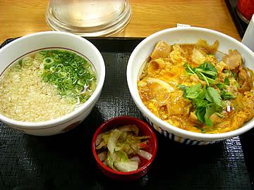 なか卯の親子丼とミニうどんのセット