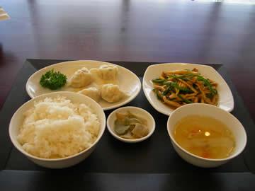 彩食酒家「中華乃家」の水餃子とチンジャオロースのセット