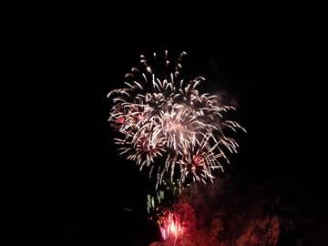 平湯大滝のライトアップの花火