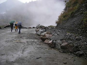新岩間温泉近辺の崩落跡