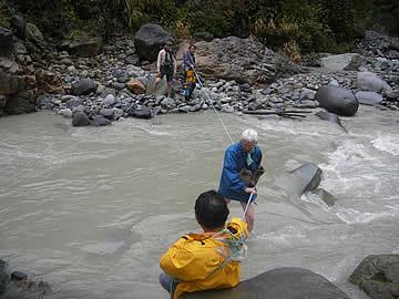 岩間噴泉塔へ川を渡る