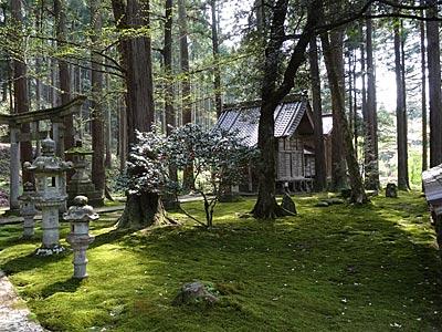 日用神社の境内