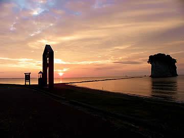 朝焼けの見附島