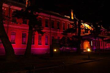石川四校記念文化交流館の紫色のライトアップ